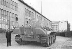 Командирский танк «Пантера» (Sd.Kfz. 267 Pz.Bef.Wg Panther ausf.D), изготовленный в августе-сентябре 1943 года во дворе завода фирмы MAN. Вид сзади.