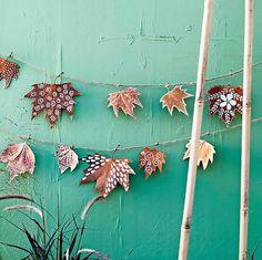 Van zichzelf zijn herfstbladeren al aantrekkelijk genoeg, maar voor een feestje kan een beetje make-up geen kwaad. Zo maak je deze blaadjesslinger. Crafts To Make, Arts And Crafts, Diy Crafts, Garden Ideas To Make, Diy Bar, Garden Boxes, Diy Pillows, Diy For Teens, Diy Kitchen