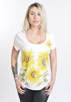 Tricoul Floarea Soarelui este pictat manual cu vopsea speciala pentru textile.  Material 95% bumbac, 5 % elastan.