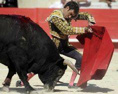 El matador Español José Tomas con su muleta en la plaza de Nimes, al sur de Francia. AFP