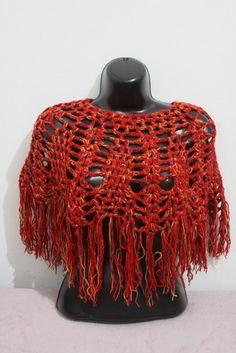 Pelerine trabalhada  com dois fios de lã  na cor vermelha  mesclada ; em croche , com franjas em toda a volta. R$35,00