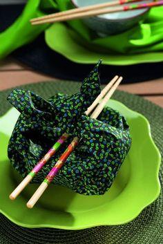 A trouxinha guarda o bowl do jantar em estilo japonês. Guardanapo Roupa de Mesa, pratos D. Filipa, jogo americano Zyancanne