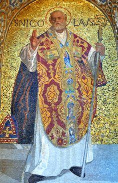 sv. Nikola, 3. st., Mala Azija - biskupski štap (lat. baculus, eng. crosier), tri zlatne kugle ili kese (daje siromašnim udavačama zlatnike kroz prozor) - ponekad jabuke ili naranče, mitra; zaštitnik Rusije, 6.12. svetkovina