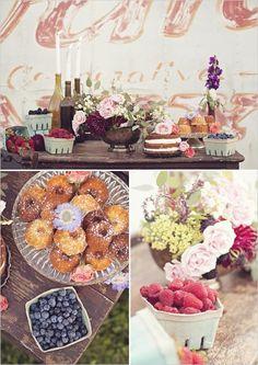 Groene fruitbakjes berry and baked goods dessert table