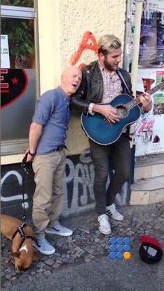 Jimmy Sommerville relance sa carrière en chantant dans la rue. Hasard ou plan com ? http://www.noemiconcept.com/index.php/fr/departement-informatique/webbuzz-tech-info/item/206020-jimmy-somerville-chante-dans-la-rue-jimmy-somerville-sing-in-the-street.html#video