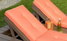 Built-in outdoor lounge chairs featuring Trex Elevations steel deck framing with Transcend decking in Spiced Rum. Diy Deck, Deck Patio, Backyard, Outdoor Seating Areas, Outdoor Lounge, Outdoor Decor, Trex Composite Decking, Deck Framing, Laying Decking
