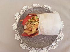 Pita gyros ou gyros me pita Pain Pita, Meat, Tomatoes, Onion, Recipe Of The World, Fine Dining, Dish, Kitchens, Recipes