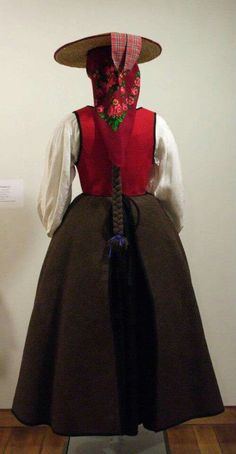 Traxe tradicional galego Folk Costume, Costumes, European Dress, Folk Clothing, Plaits Hairstyles, Dreads, Traditional Outfits, Spain, Seville