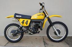 Motocross Bikes, Vintage Motocross, Suzuki Dirt Bikes, Yamaha 250, Motorcycle Garage, Motorbikes, Old School, Suzy, Vehicles
