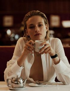 Sophia Ahrens (blonde (by Alvaro Beamud (for Vogue Spain February 2018 (face (white-button (cleavage (sitting (front (cafe/coffee Café Sexy, Photography Women, Editorial Photography, Fashion Photography, Photography Hacks, Photography Exhibition, Classy Sexy Photography, Product Photography, Museum Photography