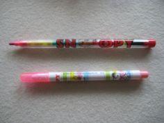 Snoopy Steckbleistift und rosa Filzschreiber.