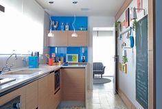 com cores escolhidas pela moradora,a cozinha é mais um local sem frescuras. Talvez sejaa graça do simpático piso de ladrilho hidráulico da d...