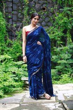 Indigo and white cotton with red blouse Fancy Blouse Designs, Saree Blouse Designs, Indigo Saree, Formal Saree, Casual Saree, Cotton Saree Designs, Lehenga Saree Design, Indian Attire, Indian Wear