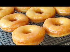 Donuts caseros 🍩 ¡Receta definitiva con TRUCOS! - YouTube Canapes, Bagel, Doughnut, Food And Drink, Bread, Cooking, Sweet, Desserts, 3