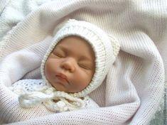 Предлагаю вам легко и быстро связать спицами забавную шапочку с ушками для малыша от 0 до 3 месяцев. Шапочка не имеет швов, что немаловажно для деток возраста 0-6 месяцев, так как большую часть времени они проводят в положении лежа. Шапка мягко облегает голову ребенка, закрывает ушки, лобик и шейку, есть удобные завязочки и ее легко надевать. Baby Hats Knitting, Crochet Baby Hats, Crochet Slippers, Knitting For Kids, Baby Knitting Patterns, Knit Crochet, Sewing Patterns, Knit Baby Dress, All Free Crochet