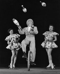Unicycling, juggling (and roller skates) /// can't ride a bicycle either. Give me gluten I can't even walk a straight line. Old Circus, Circus Art, Vintage Carnival, Vintage Circus, Steampunk Circus, Circus Costume, Unicycle, Animals Images, Roller Skating