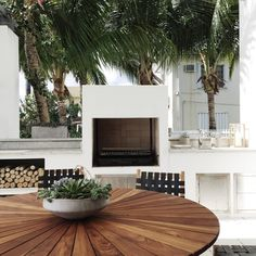 Warm woods and sandy shades of cream are used to create a soothing outdoor kitchen at the #LincolnBlackLabel home.