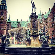 yacci103 Good morning!デンマークにあるフレデリクスボー城♡湖に浮かぶ島の上に建つ優美な城 Frederiksborg slot #frederiksborg #slot #denmark #denmark2012 #castle #copenhagen #tradition #travel #trip #igersdenmark #instatravel #旅 #デンマーク #コペンハーゲン #城 #photowall #landscape #instagood #instamood #sky