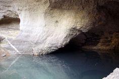 De bron van de rivier Sorgue in Fontaine-de-Vaucluse in de Provence Provence, Waterfall, Vans, Celestial, Outdoor, Outdoors, Van, Waterfalls, Outdoor Games