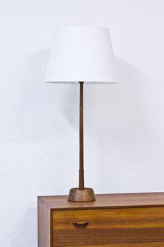 1950s table lamp by Hans Agne Jakobsson via modernisten. Click on the image to see more!