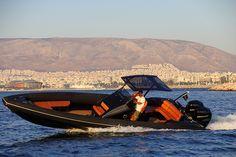 Греческая верфь Technohull представила новую модель риба (катера с жестким днищем и надувными бортами) — SEA DNA 999. 10-метровое судно способно развивать скорость до 90 узлов (167 километров в час) и, по данным фирмы-производителя, является одним из самых быстрых в своем классе.