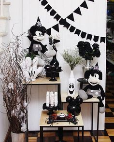 Incrível essa festa no tema Mickey! Credito: @fabiofestas #Festainfantil #FestaMickey #Disney #Mickey #FestaAdulto Mickey Halloween, Halloween Diy, Event Organization, 4th Birthday, Mickey Mouse, Disney, Black And White, Essie, Cakes