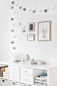Littlefew Blog // How we have transformed our BABYROOM TO A GIRL´S ROO. Nordic inspiration, Decoración, Diy, Blanco y Gris, Play room, Ikea, Storage for kids, Brinnes bed, White and grey, Cuarto de niña neutro, Decoración nórdica, Alfombra gris, Grey carpet, Walls, composición pared, Home details, Bedroom, Kids, Nursery decor, Scandinavian nursery, House bed, Polka dot wall, Wall decals, Black and white kid room, Black and white nursery, Toddler room, Paper bag.