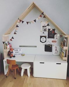 Inspiration: 7 praktische Ideen für eine Spielecke • style-pray-love Playroom Curtains, Playroom Decor, Baby Room Decor, Kids Playroom Colors, Cool Kids Rooms, Play Corner, Kids Corner, Ikea Hack Kids, Ikea Hacks
