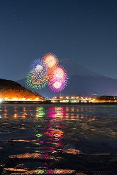 Fireworks with Mt. Fuji and Lake Kawaguchi, Yamanashi, Japan Beautiful Places To Visit, Beautiful World, Places To See, Monte Fuji, Best Fireworks, Fireworks Photography, Fire Works, Hanabi, Great View