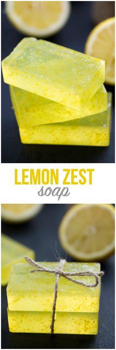 Limon Zest Soap - ¡Sólo tres ingredientes en este sencillo DIY! Este jabón con sabor a limón huele fresco y limpio y se siente muy bien en la piel.