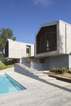 Beautiful Sophisticated Contemporary Residence by N+B Architectes, Montpellier, FranceThis elegant contemporary home located in Montpellier, in the South of France was designed by N+B Architectes. This beautiful sophisticated contem. Architecture Résidentielle, Creative Architecture, Montpellier, India House, Backyard Garden Landscape, Garden Oasis, Garden Pond, Garden Landscaping, House Elevation