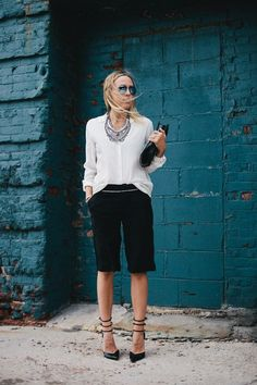 I don't know about you, but short shorts scare me to death. But how about bermuda shorts Bermuda Shorts Outfit, Dressy Shorts, Long Shorts, Outfits 2016, Summer Outfits, Elegante Shorts, Outfit Trends, What To Wear, Clothes