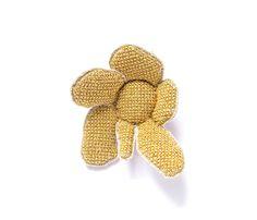 Carla Nuis. Brooch: FlowerBrooch, 2014. Unbleached Linen, flax, silk, 24 ct gold thread.. 9 x 6 x 3 cm. Photo by: Eddy Wenting.