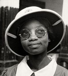 ☞ MD ☆☆☆ c 1939 A nurse from the Gold Coast of Africa, rocking her uniform's pith helmet.