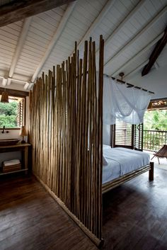 Editorial Trancoso: Temporada sabática na Bahia (Foto: Marco Antonio) A suíte dos filhos é definida por uma divisória de eucalipto – mesmo material de que é feita a cama