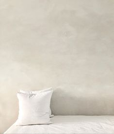 Lime wash wall texture paint- Top interior design and home decor trends for 2020 for a simple and modern home by the savvy heart Interior Design Trends, Diy Interior, Interior Walls, Home Decor Trends, Interior Design Studio, Top Interior Designers, Interior Modern, Lime Paint, Marble Furniture