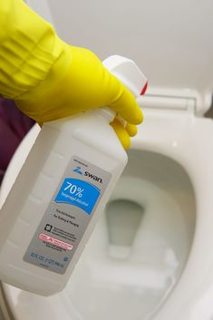 Most may think that rubbing alcohol only belongs in the first aid kit or Diy Home Cleaning, Household Cleaning Tips, Cleaning Recipes, House Cleaning Tips, Diy Cleaning Products, Cleaning Solutions, Cleaning Hacks, Bathroom Cleaning, Hacks Diy