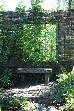 """Rionet kan bruges til hegn på mange måder. I en lille mini-mini have på """"Den stora trädgårdsfesten"""" i Sofiero var denne 70'er have (endnu en retro-rekvisithave). Her var en ny bru…"""
