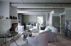 Une maison dans le Luberon : un salon blanc rempli de douceur