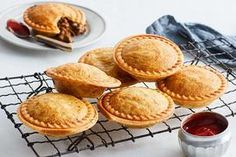 Footy Meat Pies Recipe Pie Recipes, Snack Recipes, Curry Recipes, Mud Pie Kitchen, Salted Caramel Fudge, Salted Caramels, Snacks To Make, Meat Pies, Tasty