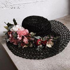 Virágokkal díszített kalap Hat with flower decoration Flower Decorations, Blackberry, Fruit, Hats, Flowers, Accessories, Floral Decorations, Hat, Floral Headdress