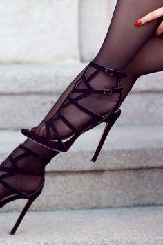 Bordowy top, szorty z wysokim stanem, czarne rajstopy i sandały na szpilce   Ari-Maj / Personal blog by Ariadna Majewska