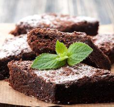 Snadné čokoládové brownies jsou hotové během necelé hodiny. Je to úžasný a snad všemi oblíbený moučník, vlastně čokolád