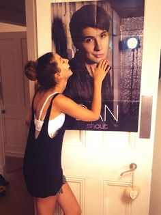 Zoella fangirlin over Dan i'm literally so obsessed with this picture.