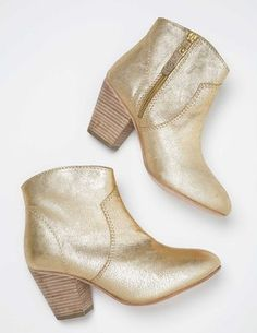 adorable boots!! I've been looking for a good pair of booties but they are never comfortable.