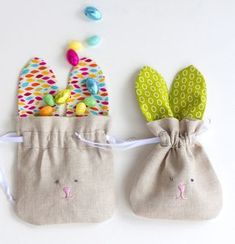 Make a whole herd of these sweet bunny drawstring bags to hold treats, snacks, little gifts, or special what-nots. Perfect for Easter! Diy Sewing Projects, Sewing Projects For Beginners, Sewing Crafts, Drawstring Bag Pattern, Drawstring Bags, Couture Bb, Bunny Bags, Boyfriend Crafts, Bag Patterns To Sew