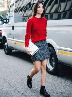 Rien de tel qu'une étroit petit pull rouge pour réchauffer une mini jupe ! (blog Collage Vintage)