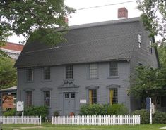 Built in on Main Street in Wethersfield, The Simeon Belden House is one of very few remaining in the Connecticut River Valley to have its original broken scroll, or swan's neck, doorway pediment. Saltbox Houses, Old Houses, Dark House, Primitive Homes, New England Homes, Colonial Architecture, Cottage Homes, Historic Homes, House Colors
