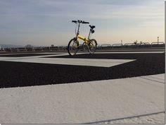 No.434 / ©DAHONrute2015 / DAHON ルート 2015年式 / 休日自宅裏の大阪大和川河川天端道路上をポタリング中、天端道路に隣接し新設コミュニティー施設が出来ており非常へリポートが作られていました天端道路からポール間に自転車進入可能スペースが有り、手押しでヘリポートを通過し施設公園内に入れます。こんなに近くでヘリポート見たのは初めてでした。(写真撮影場所は、施設の許可を得て撮影しています)