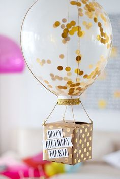 Anniversaire : Comment faire un paquet cadeau DIY original ? Birthday: How to make a DIY and origina Birthday Diy, Birthday Presents, Birthday Cards, Balloon Birthday, Diy 18th Birthday Gifts, Balloon Gift, Birthday Gift Wrapping, Diy Birthday Decorations, Birthday Gifts For Her